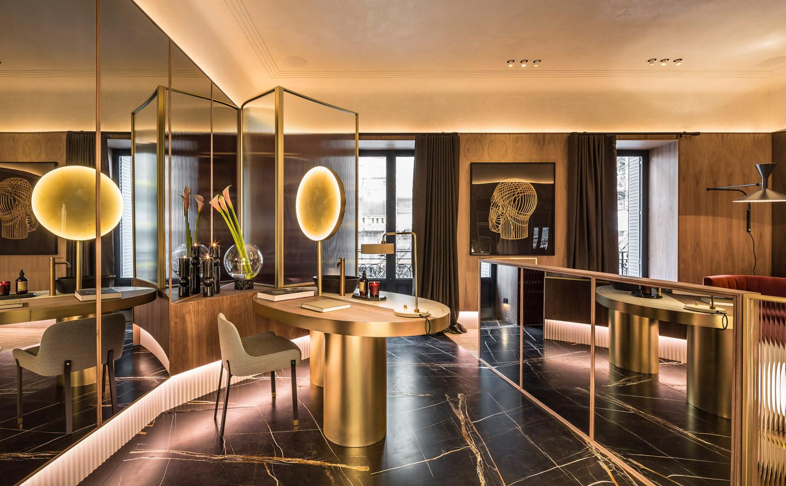 Spiegelflächen und stimmungsvolle Beleuchtung der Luxus-Hotelsuite für die Casa Decor.