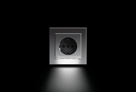 Gira E2 SCHUKO-Steckdose mit LED-Orientierungsleuchte, Farbe Alu
