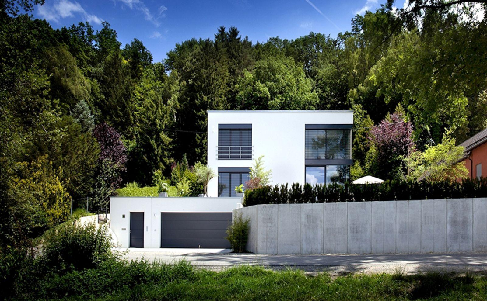Weißes Haus in Würfeloptik am Waldrand