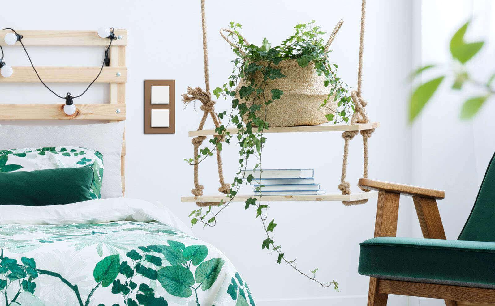 Gira Esprit Linoleum Multiplex aus Holz in stilvoll eingerichtetem Schlafzimmer