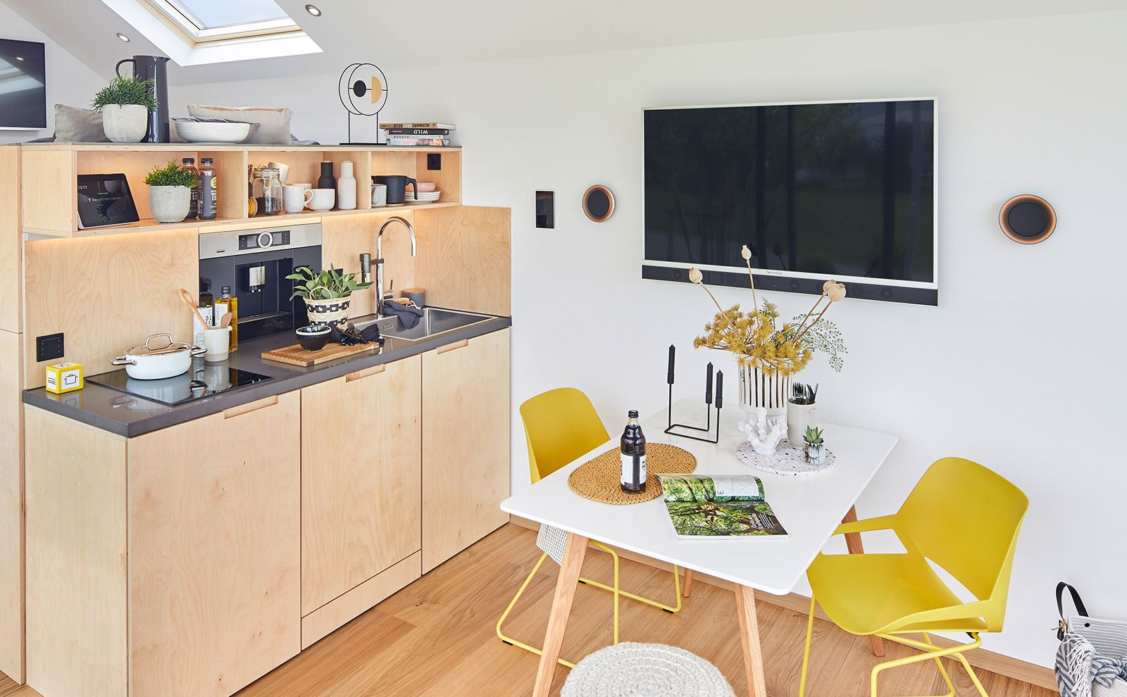 Küchenbereich im Wohnglück SMARTHAUS mit Gira E2 Rahmen