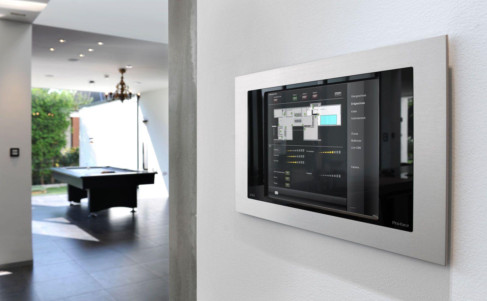 Gira control client 19 in der Küche an der Wand