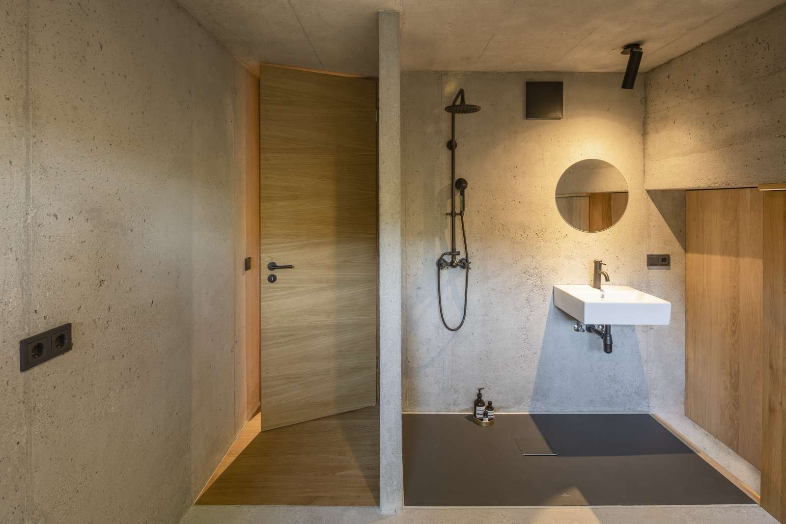 Kleines Haus mit minimalistisch gehaltenem Bad