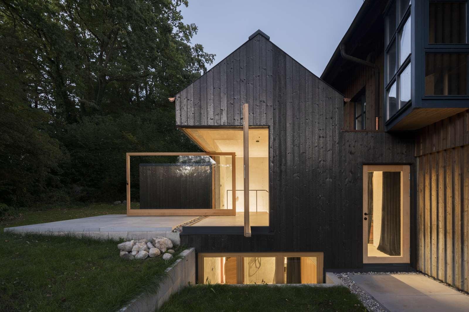 Kleine Haus von außen mit schwarzer Holzfassade