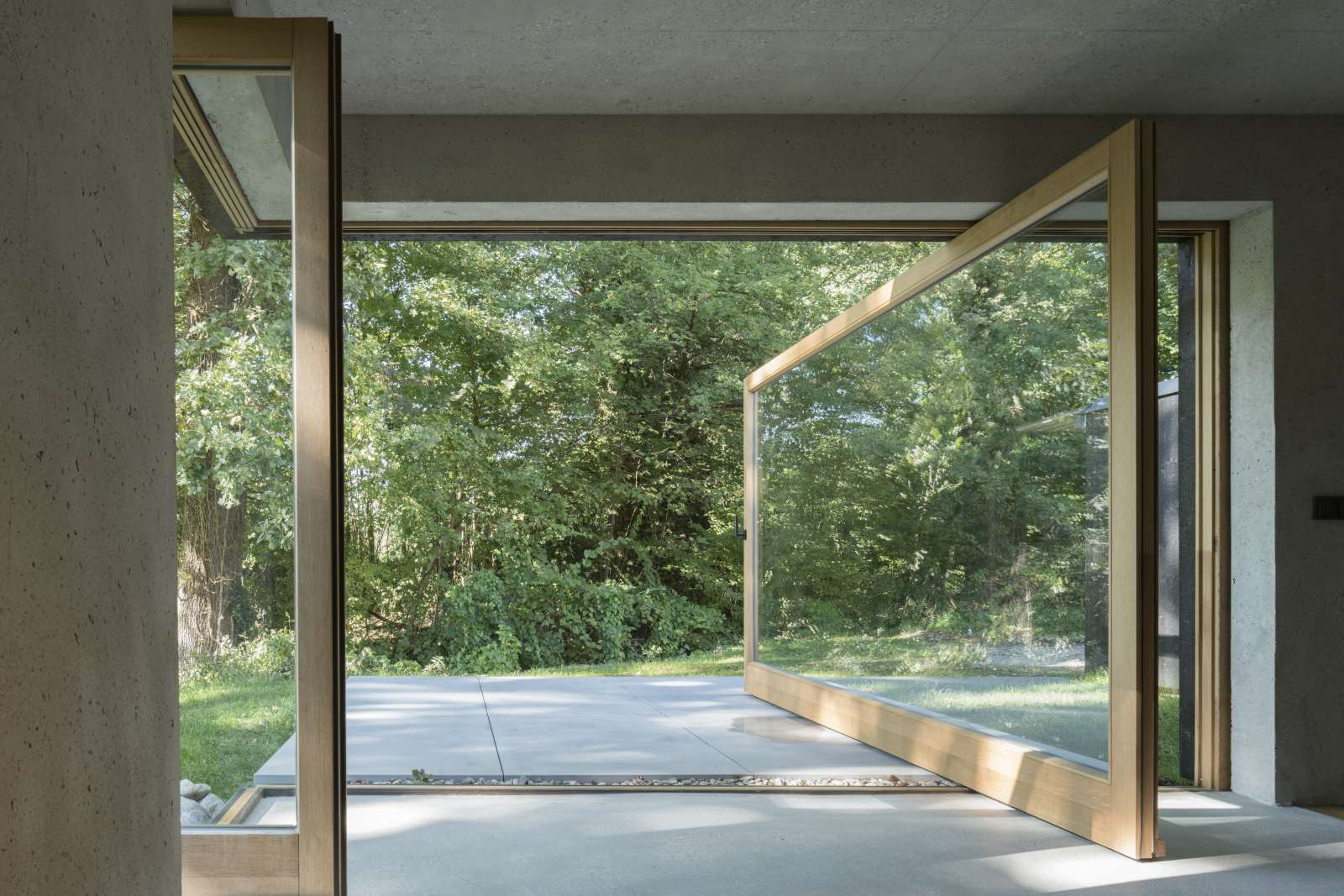 Kleine Haus Terrasse mit Pivot-Fenster