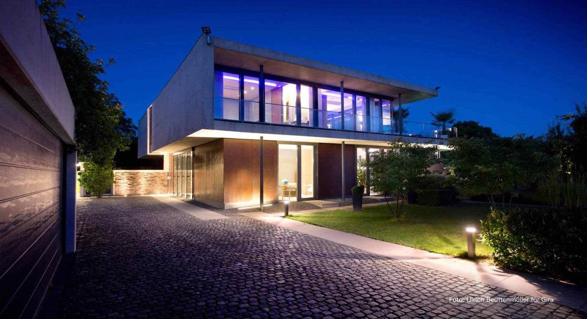 Beleuchtetes Wohnhaus Neubau im Dunkeln