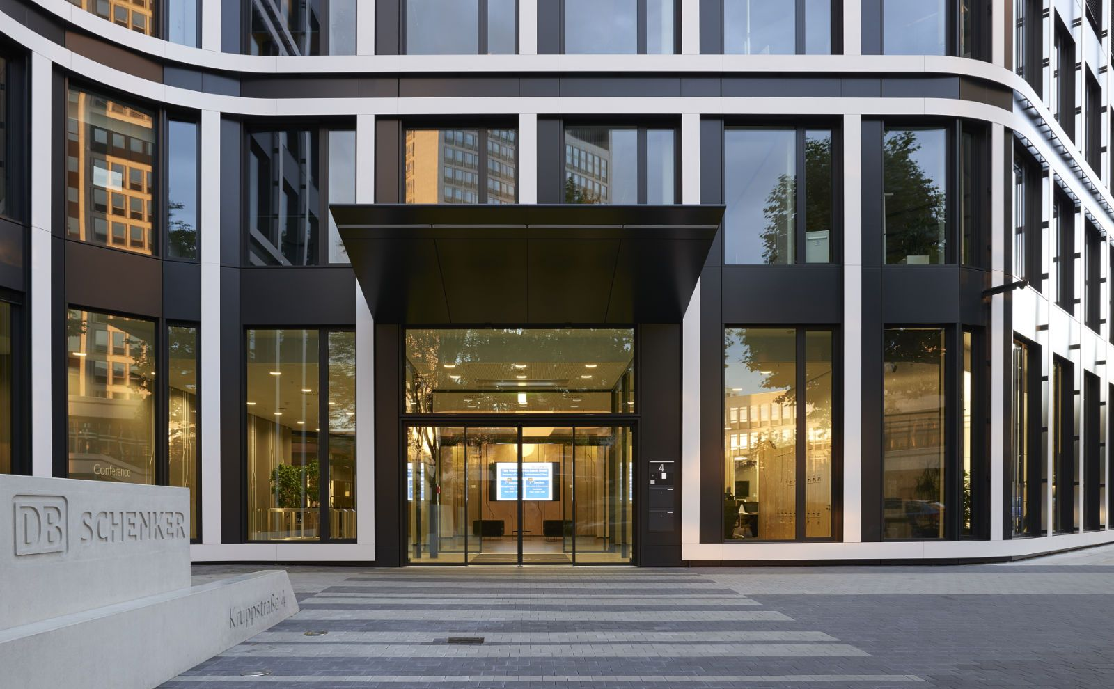 Eingangsbereich mit Vordach der DB Schenker Unternehmenszentrale von BAID Architekten