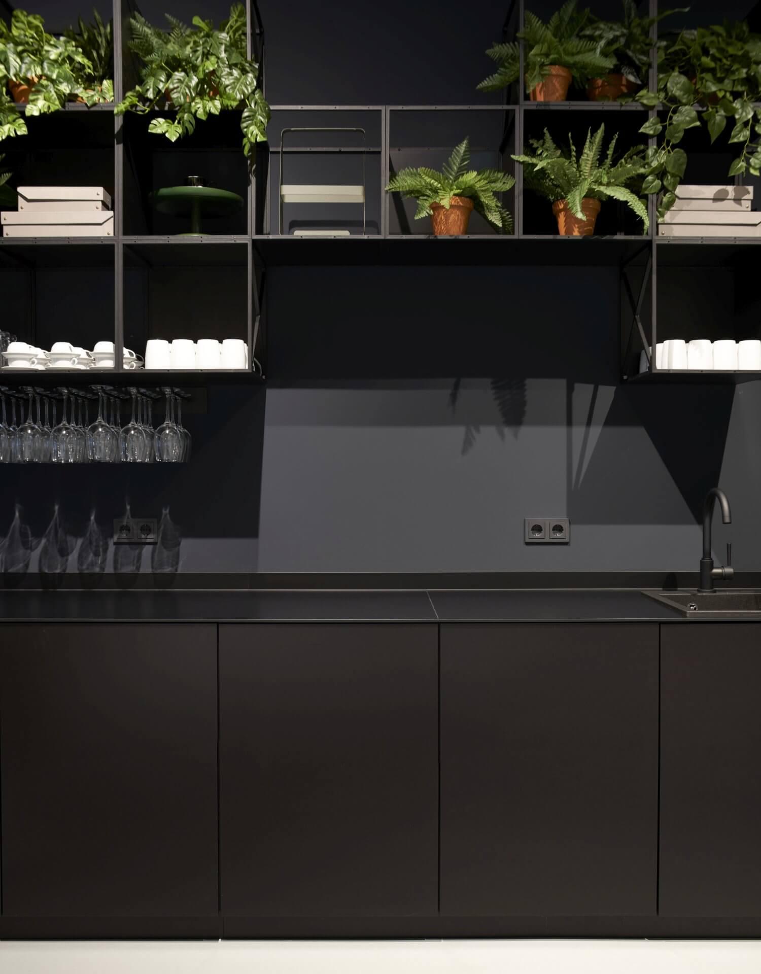 Design Offices Düsseldorf schwarze Wand mit Gira