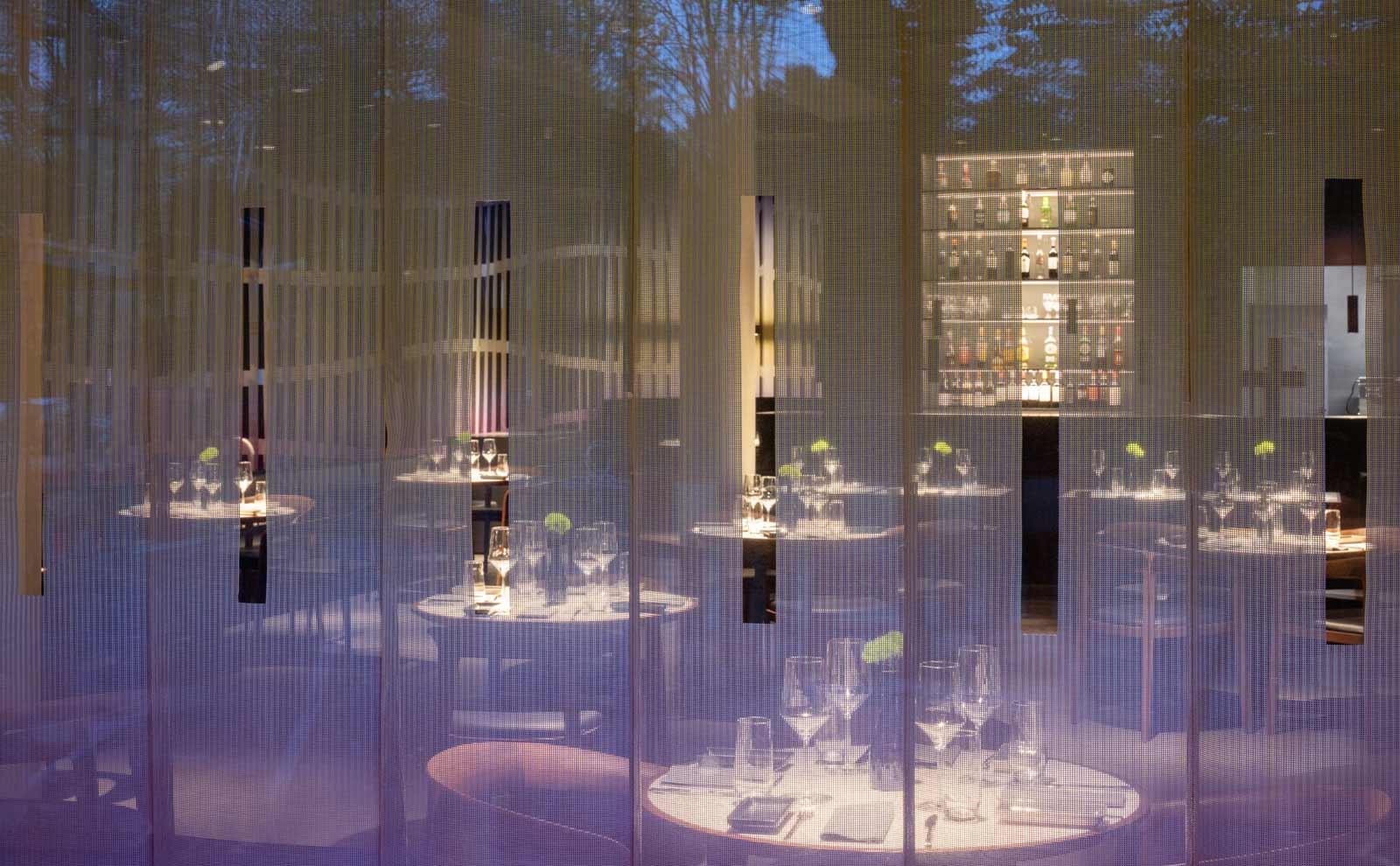 Das Restaurant im Duesseldorfer Schauspielhaus des Architekturbueros ingenhoven architects.
