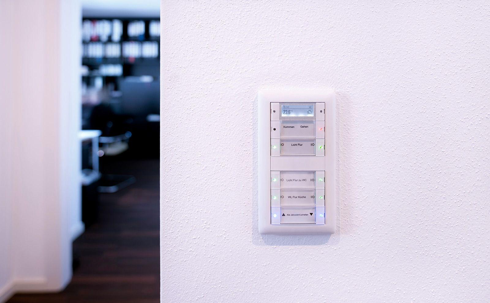 Gira KNX Tastsensoren an der Wand mit weißem Rahmen
