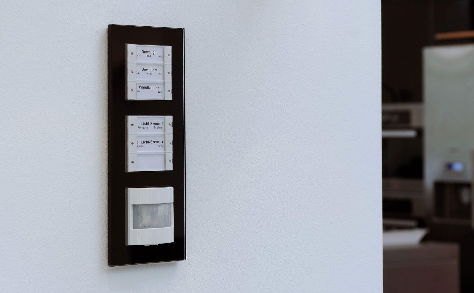 Gira Bewegungsmelder in Kombination mit Tastsensoren an der Wand