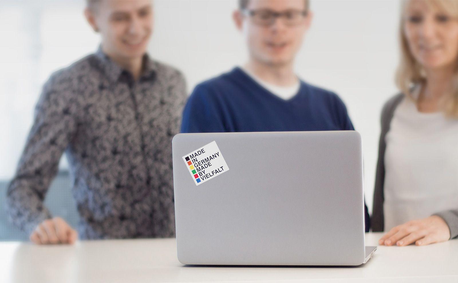 Gira Mitarbeiter am Laptop, ohne HP Logo