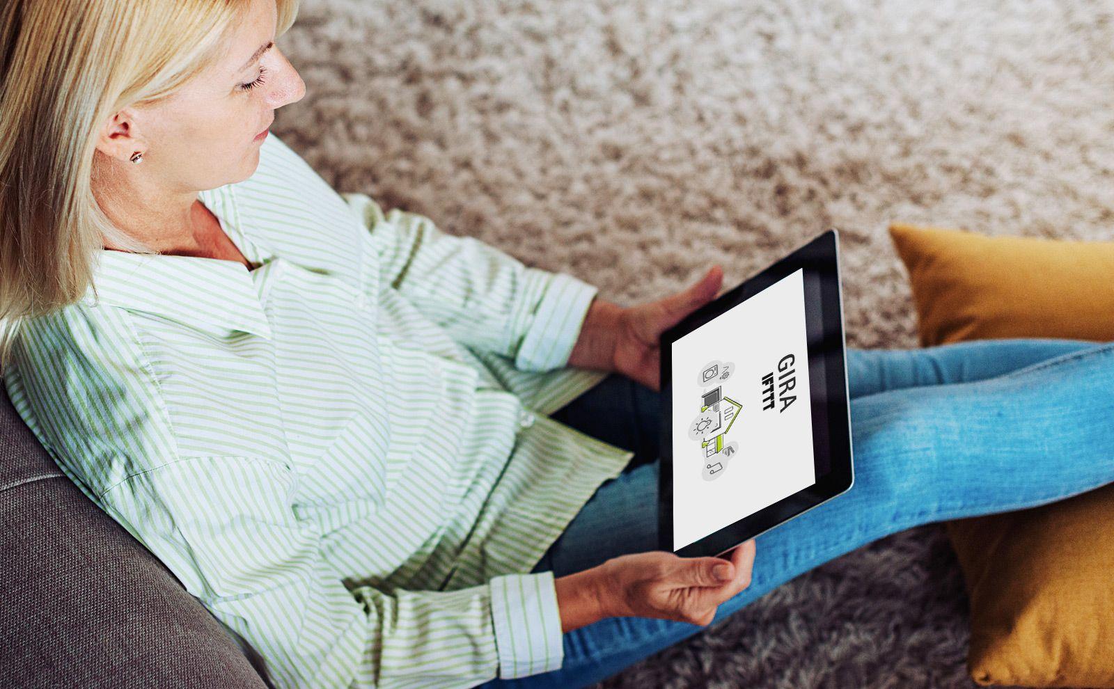 Frau schaut Video zum Thema IFTTT auf dem Tablet