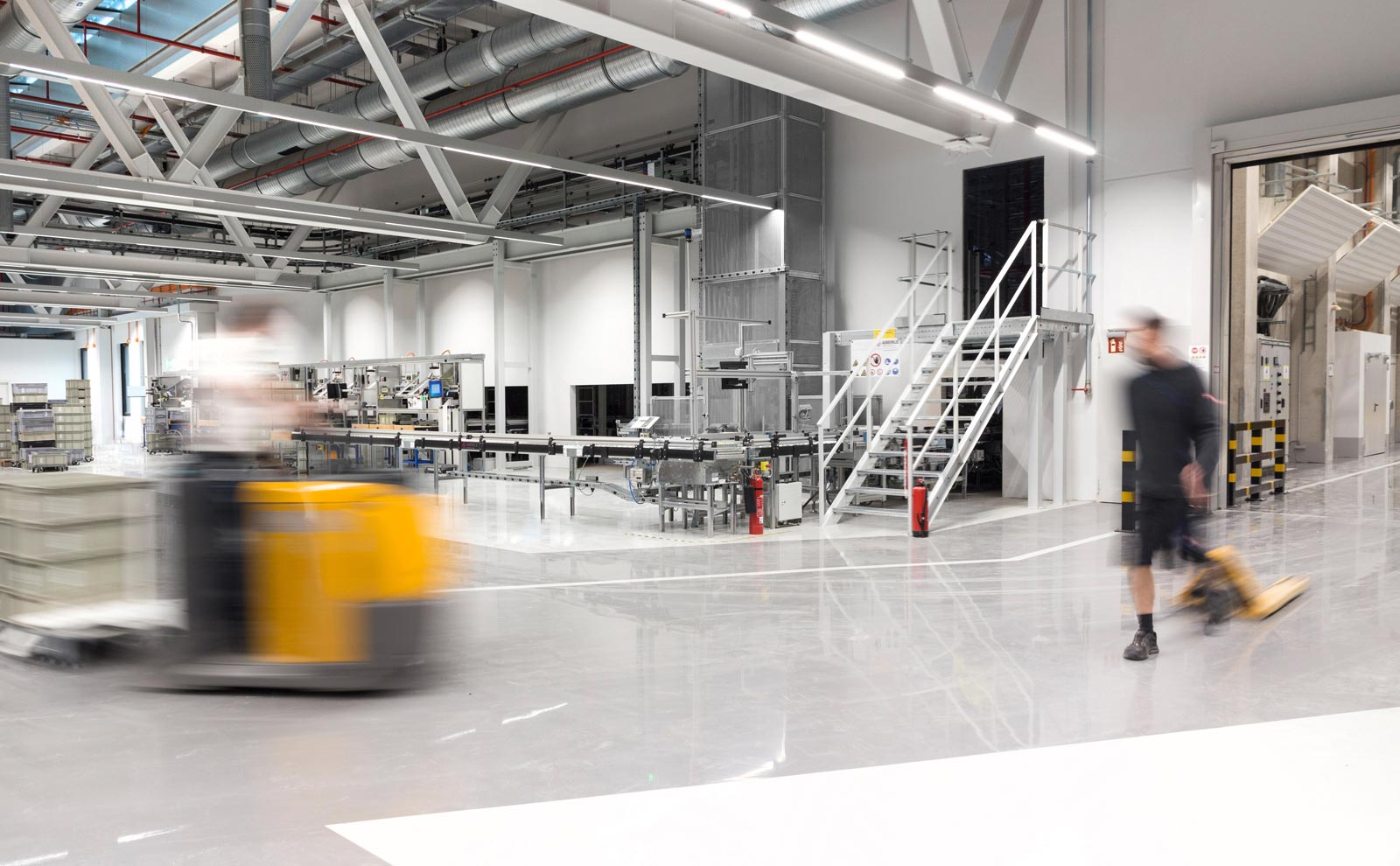 Produktionshalle des Gira Neubaus von Sauerbruch und Hutton von innen