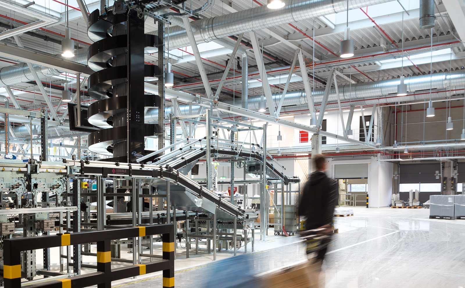 Innenraum der Produktionshalle von Sauerbruch und Hutton für den Gira Neubau