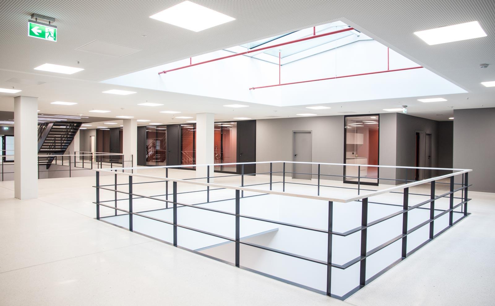 Die Innenräume des Neubaus für Gira von Sauerbruch & Hutton sind hell und lichtdurchflutet