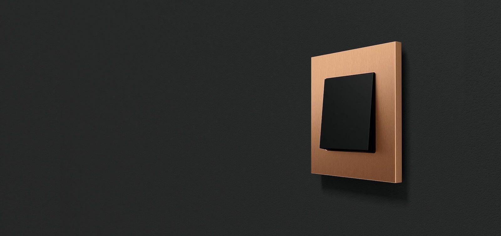 Gira Esprit Bronze auf dunklem Hintergrund