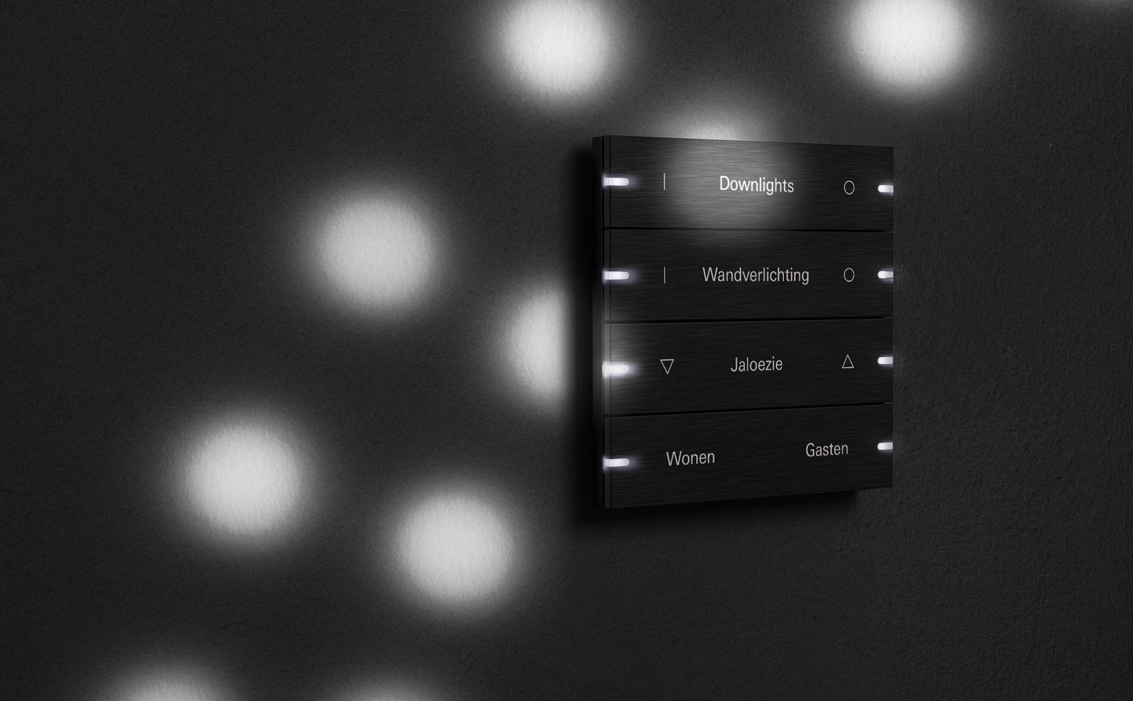 Gira tastsensor 4 in zwart met lichtreflecties