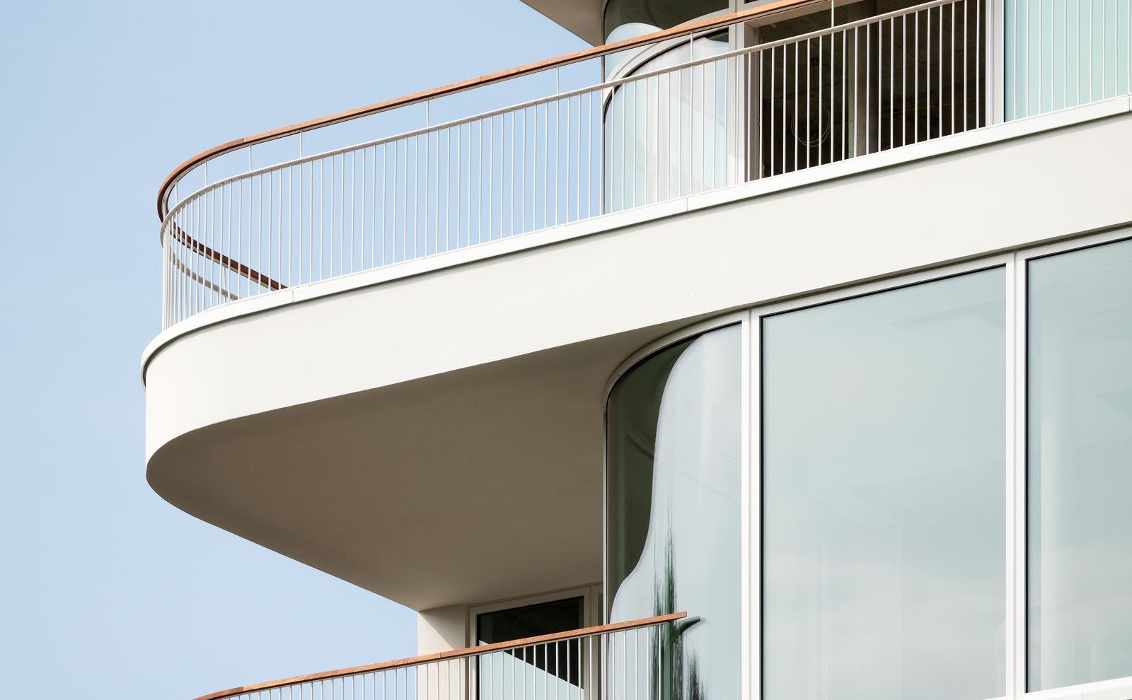 Fassadendetail BAID Architektur mit organisch geschwungener Terrasse und feingliedrigen Geländer