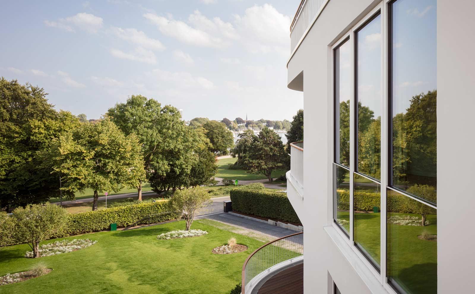 Blick in den Garten der Hamburger VIlla von BAID Architektur