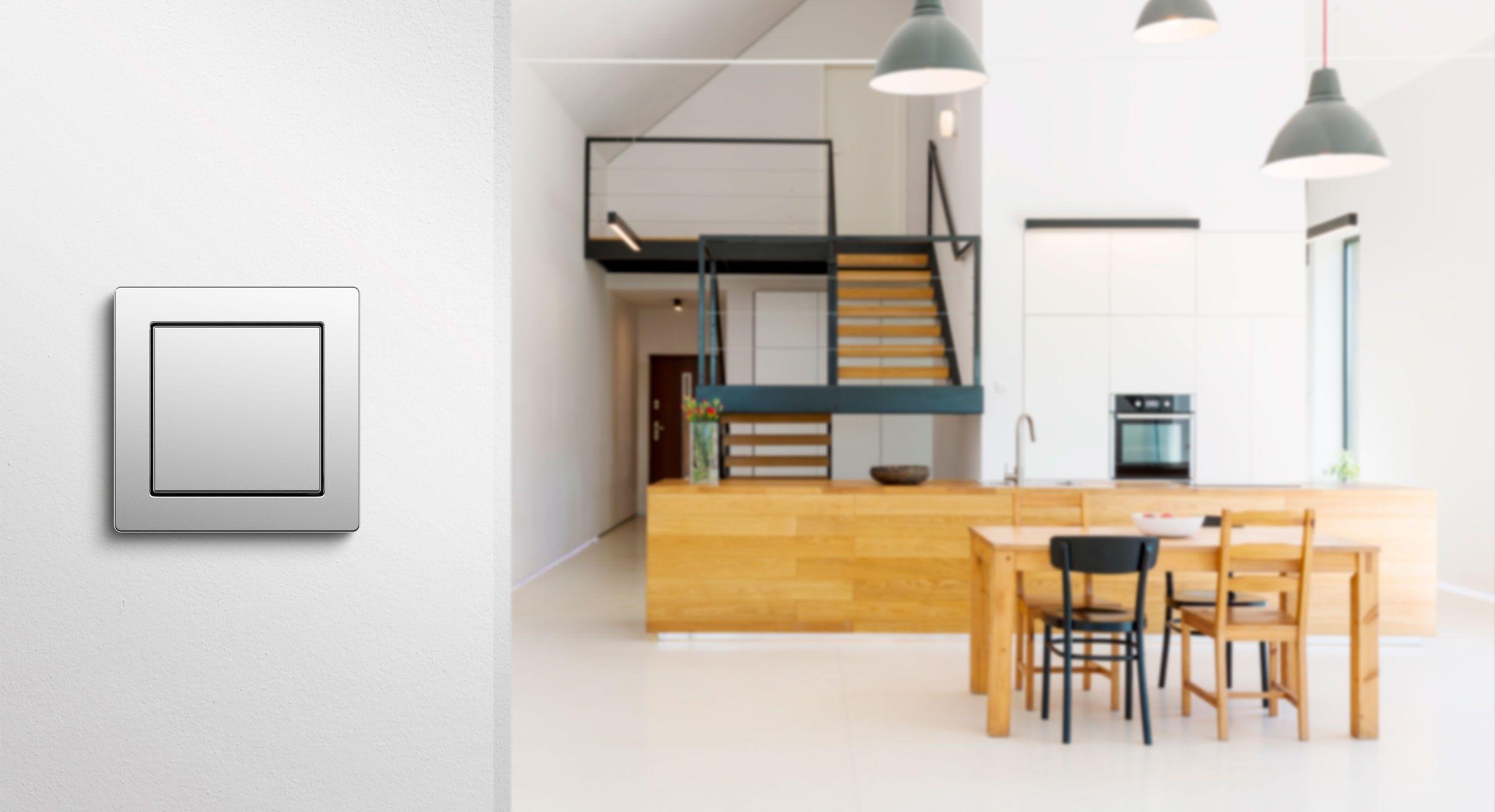 Gira E2 flach in Edelstahl an der Küchenwand montiert