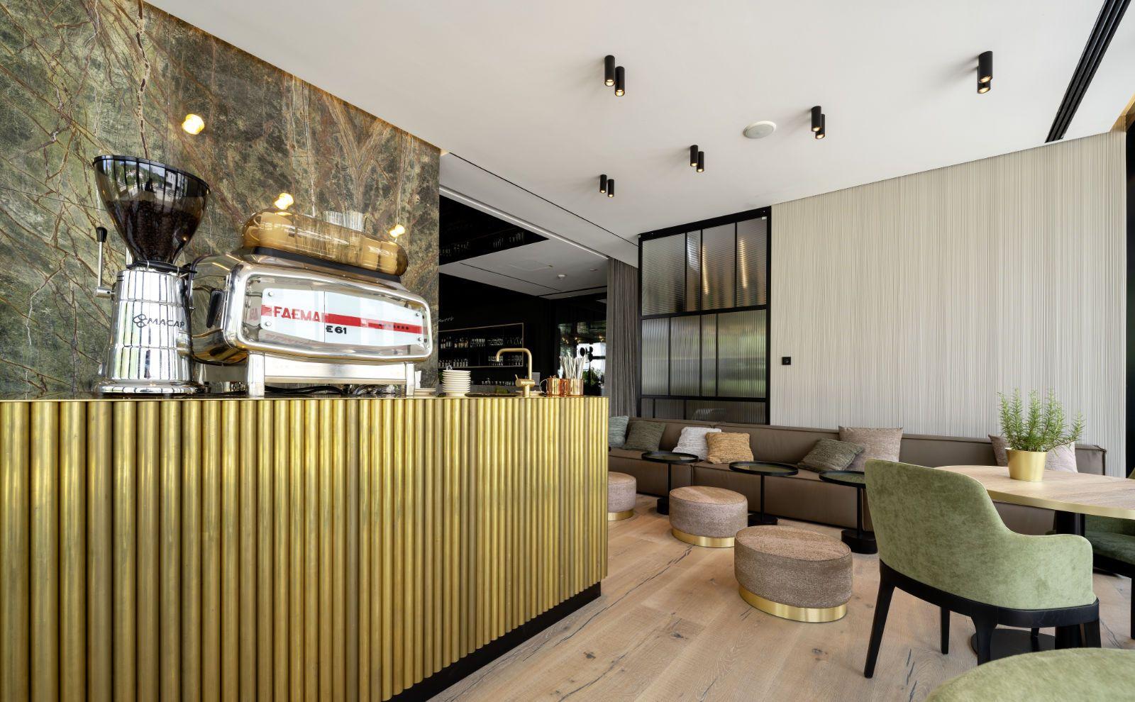 Kaffeemaschine im Lounge-Bereich mit Gira Schalter von Reimann Architecture
