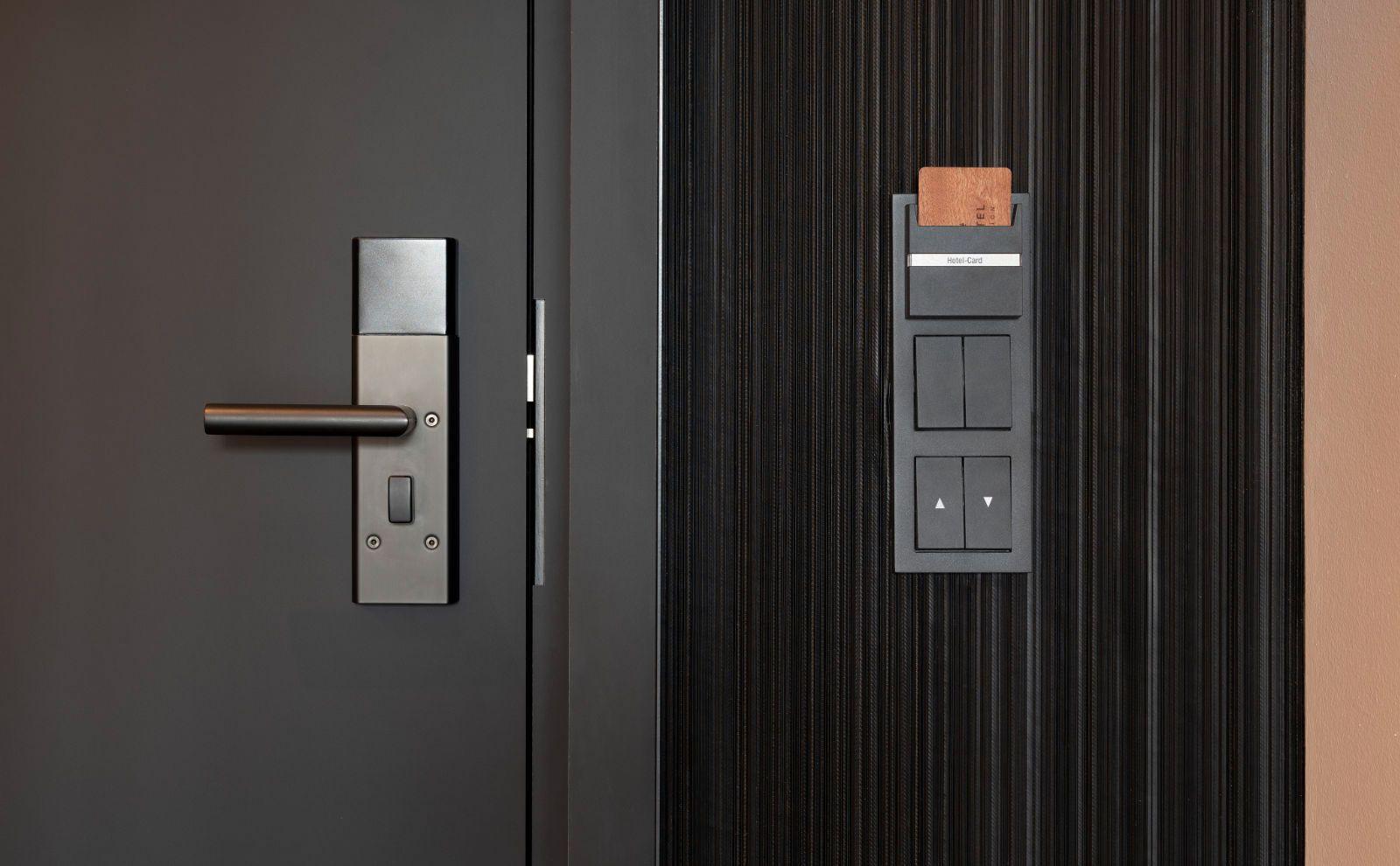 Türdrücker und Schaltergarnitur von Gira im Hotel von Reimann Architecture