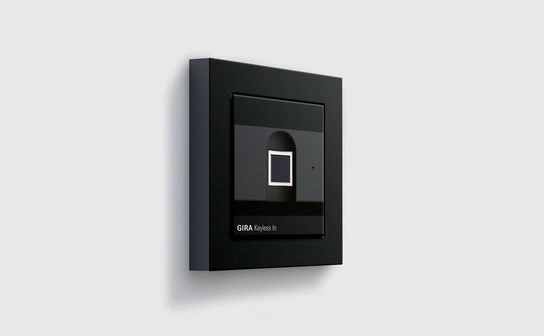Gira Keyless In Fingerprint schwarz mit E2 Rahmen
