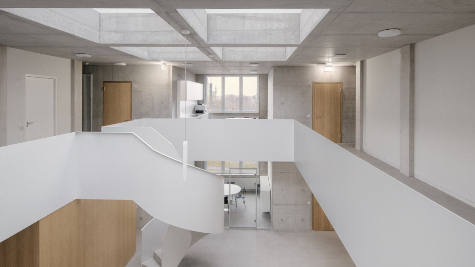 Büroraum mit Blick auf Treppenskulptur von Jan Wiese
