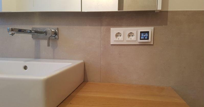 Gira Esprit im Bad neben Waschbecken