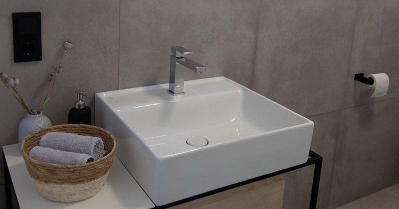 Gira System 55 in Schwarz matt im Badezimmer