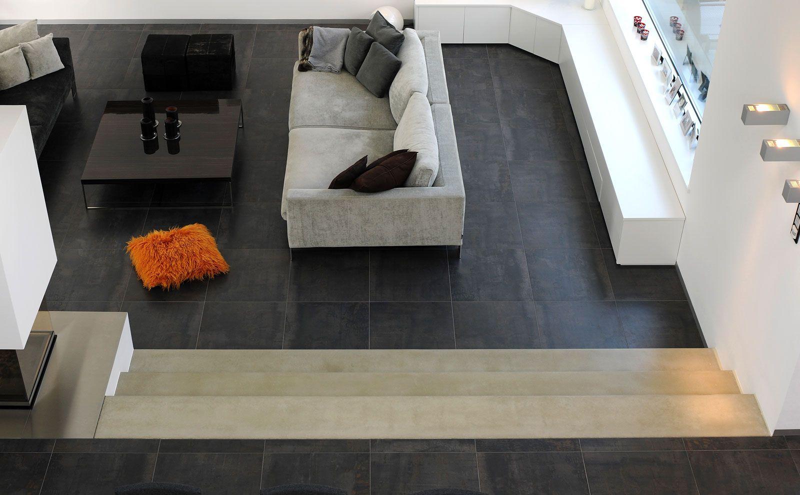 Blick von zweiter Etage ins große Wohnzimmer mit Loungeecke