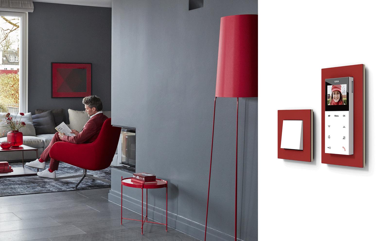 Gira Wohnungsstation über Gira Esprit Rahmen im Wohnzimmer