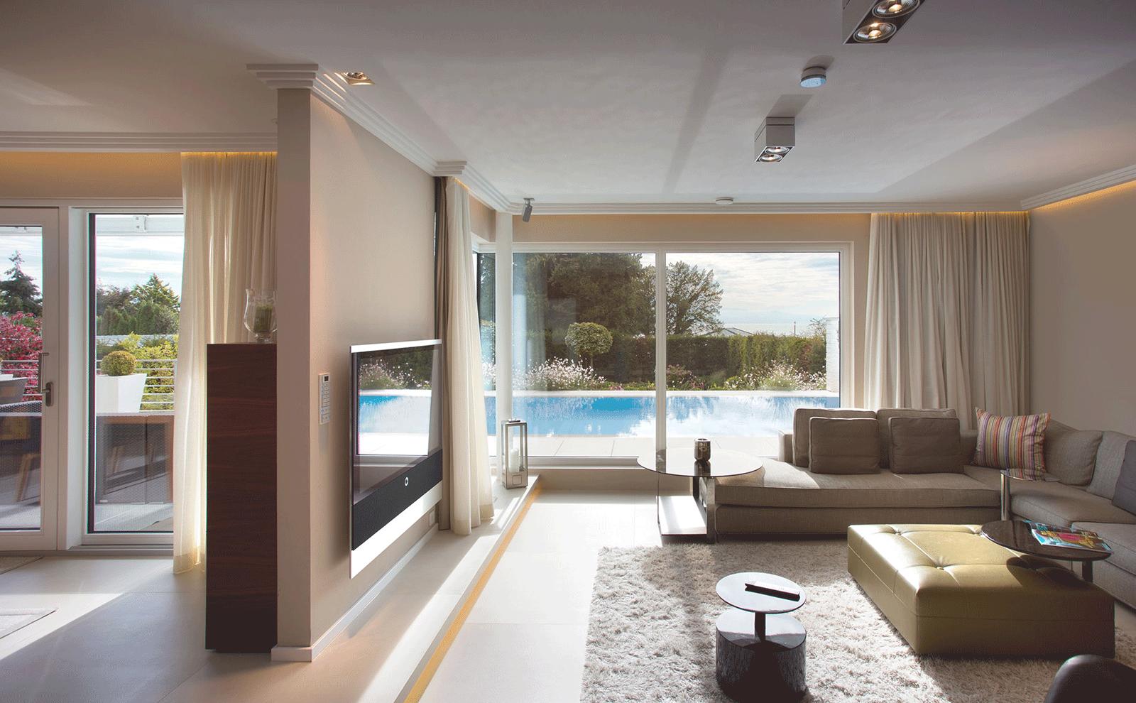 Wohnzimmer mit blick auf den pool