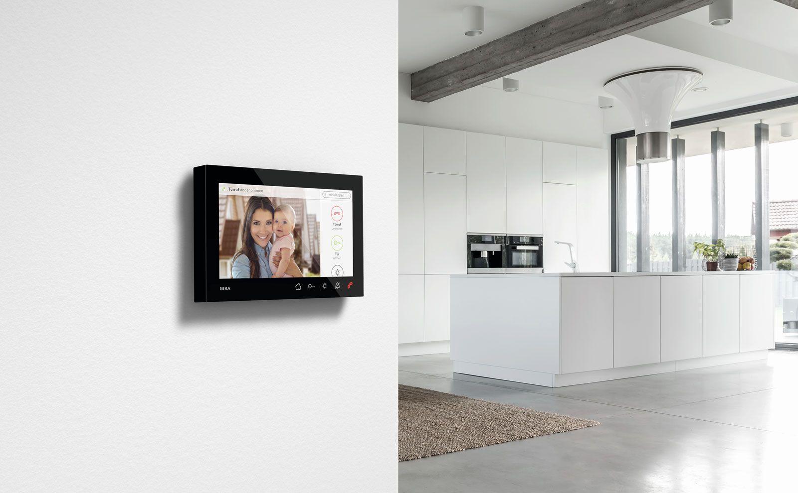 Gira Wohnungsstation Video AP 7 mit schwarzem Rahmen in der Küche