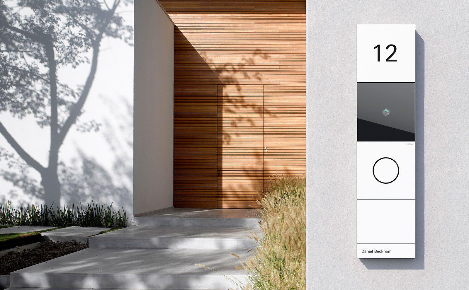 Gira Türsprechanlage System 106 in Verkehrsweiß vor Hauseingang