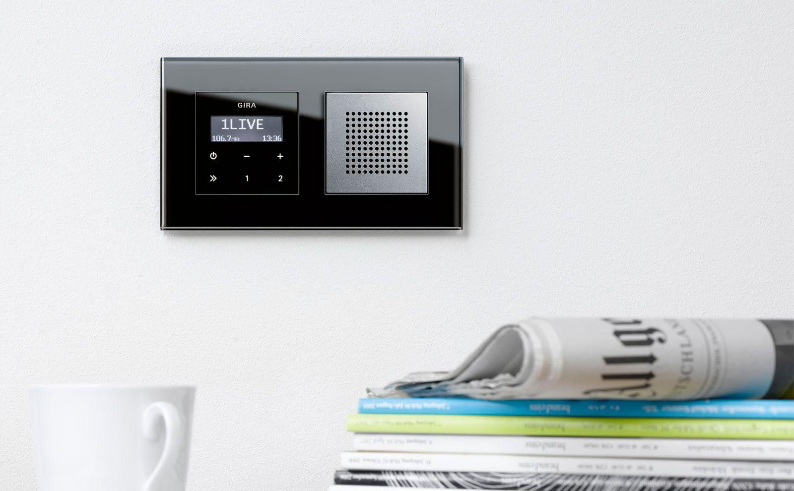 Gira Radio mit Lautsprecher auf weißer Wand