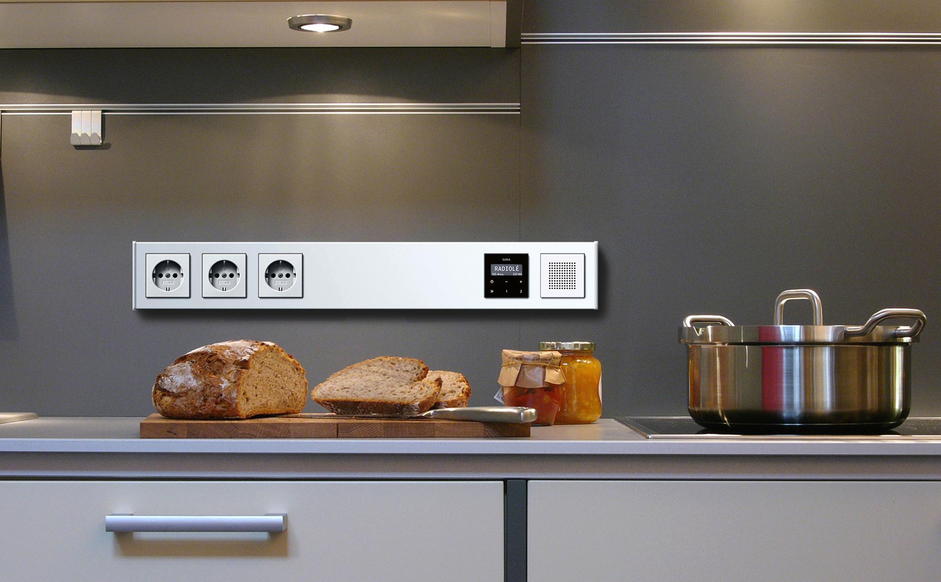 Gira Profil 55, Farbe Alu, bestückt mit drei SCHUKO-Steckdosen und Gira Radio, Glas schwarz, Farbe Alu