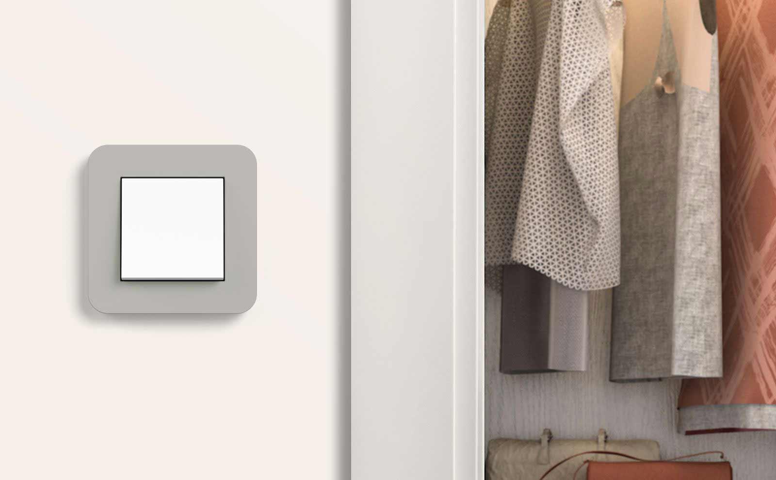 Gira E3 Lichtschalter in Grau Soft-Touch vor Ankleidezimmer