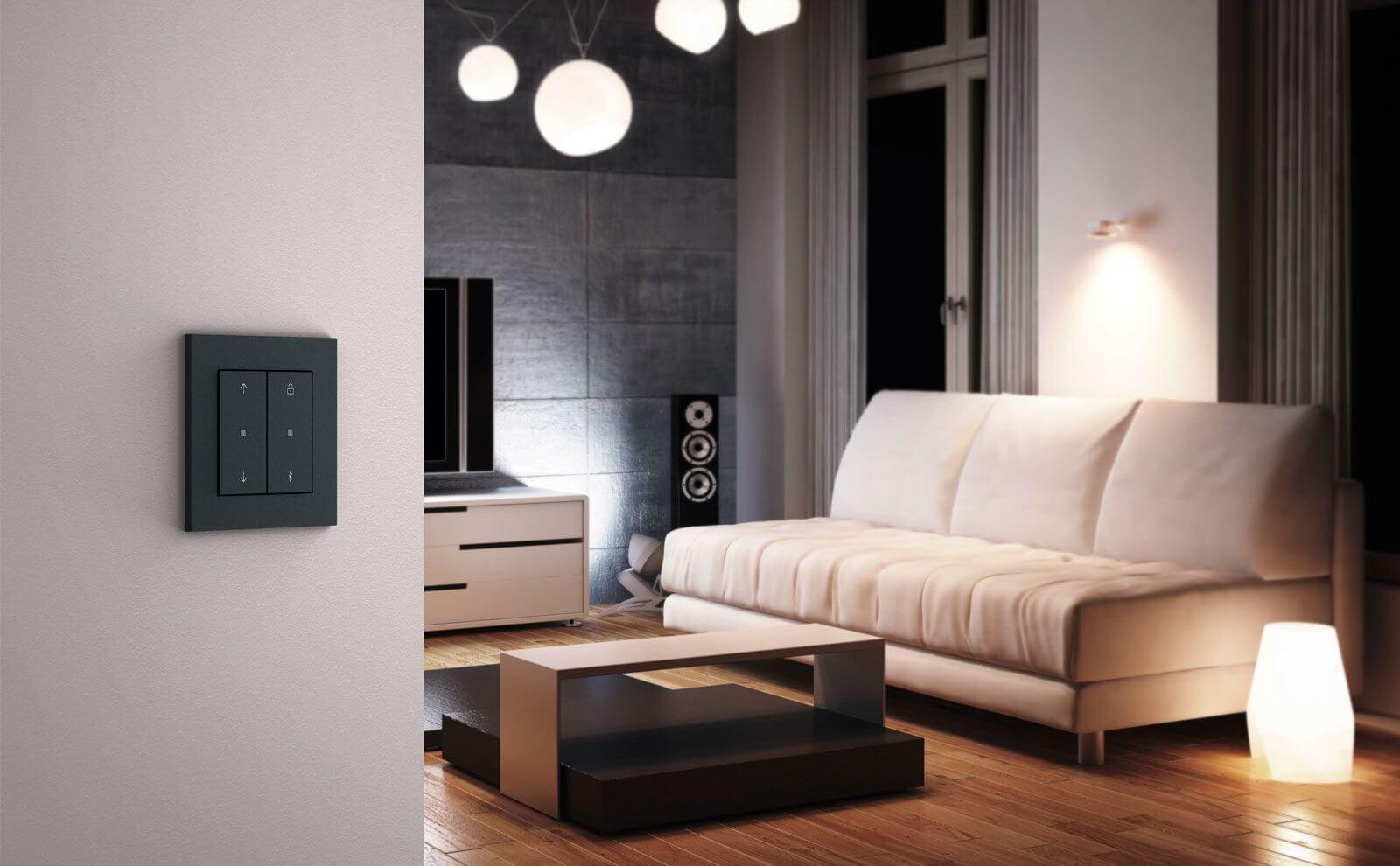 Gira System 3000 Jalousie- und Lichtsteuerung in E2 Designlinie im Wohnzimmer mit Soundanlage