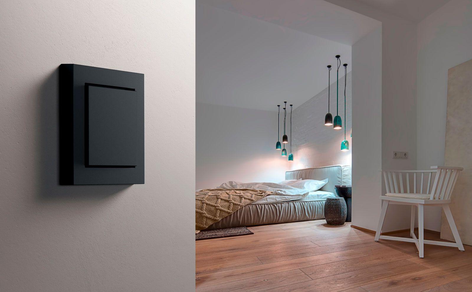 Gira Dimmer und Tastdimmer schwarz, vor Bett mit indirekter Beleuchtung