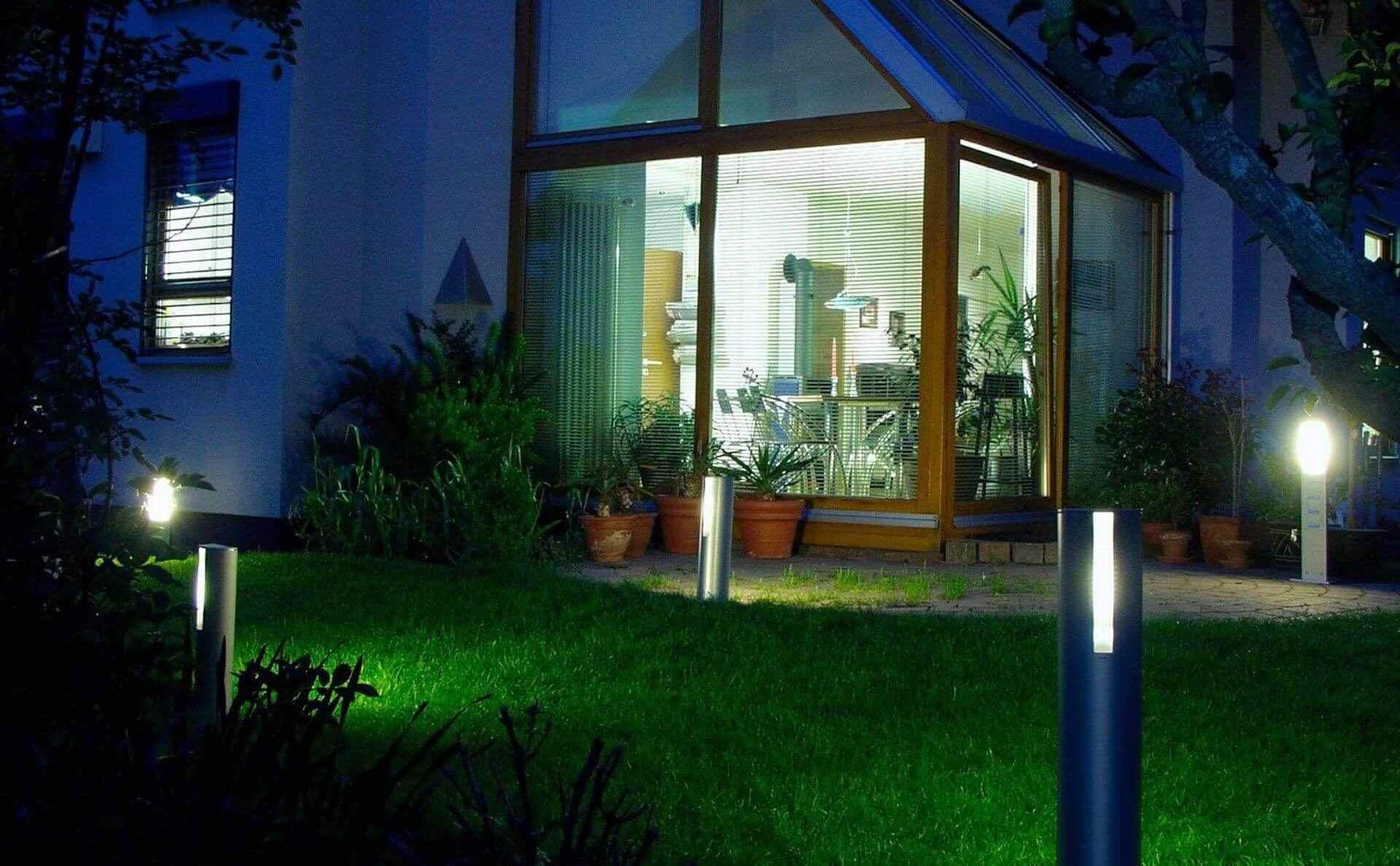 Gira Lichtsäule im Garten