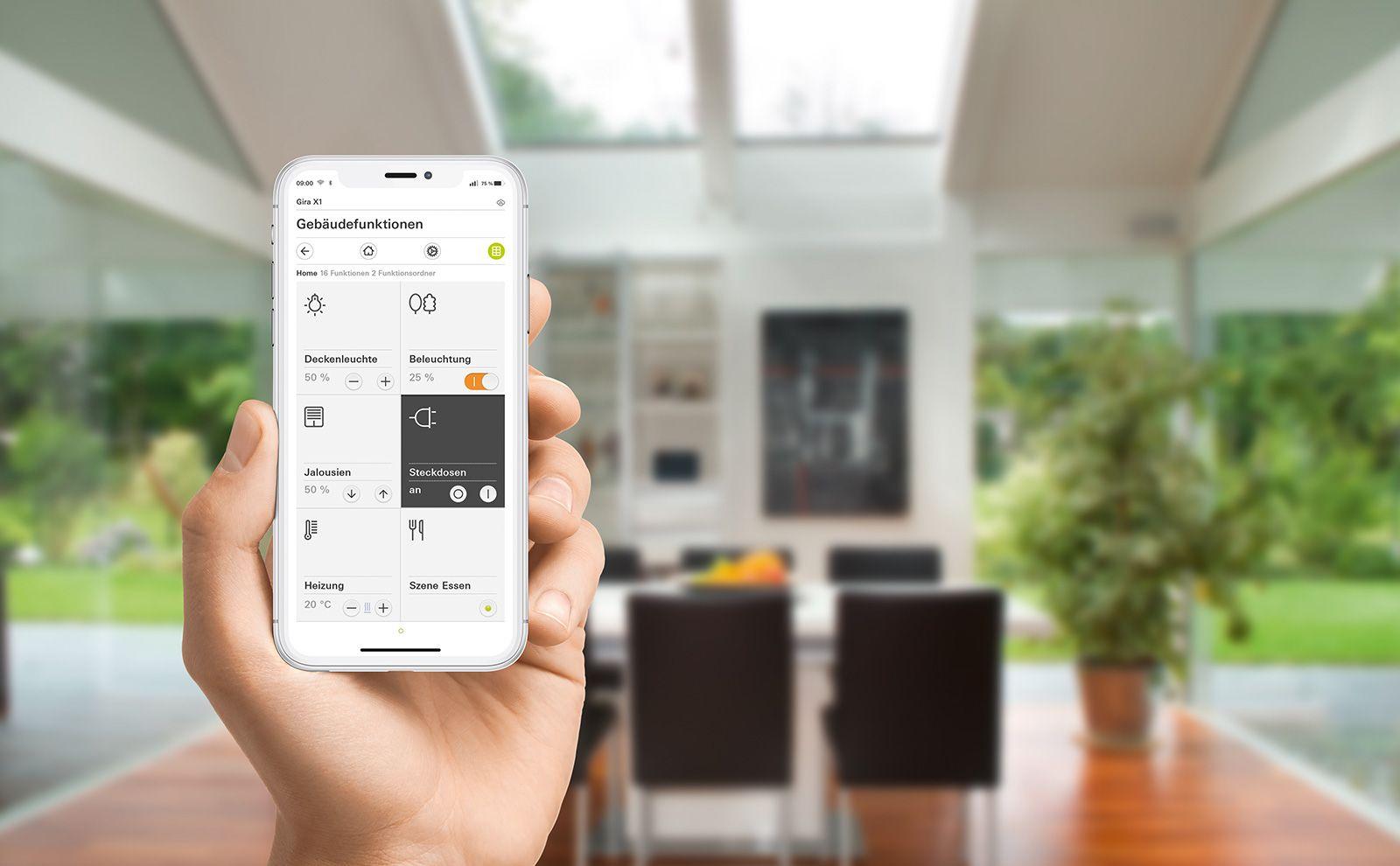 Gira X1 App in Benutzung im Wohnzimmer
