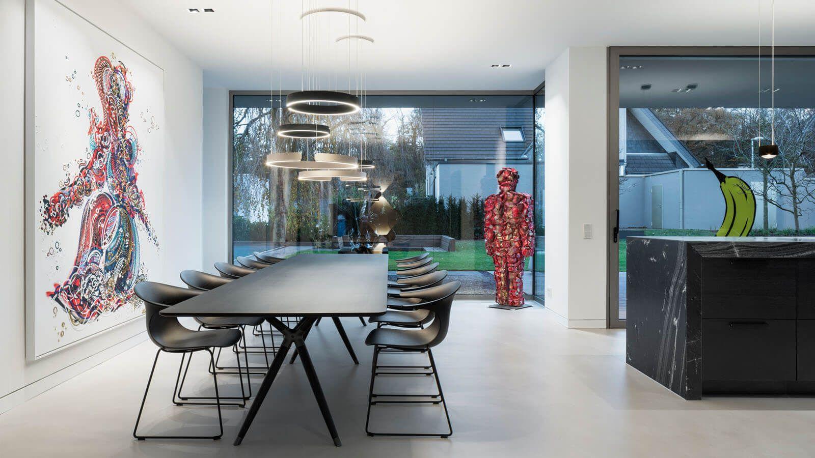 Essbereich mit großem Fenster und kunstvollen Akzenten