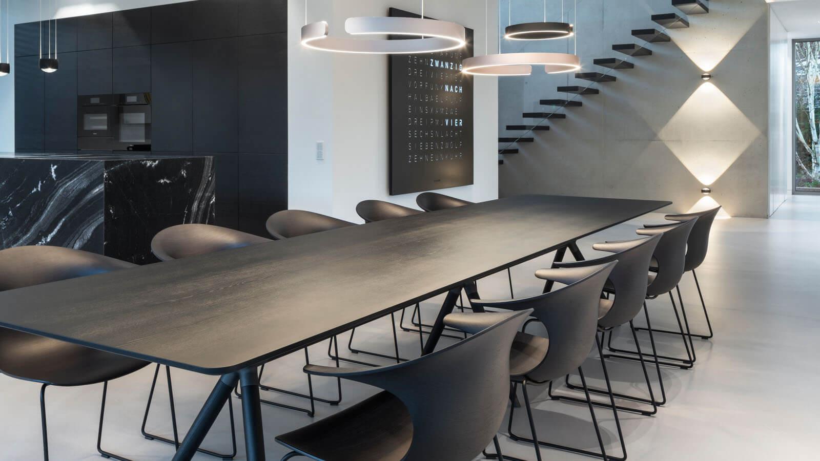 Moderner Esstisch in Neubau Wohnhaus