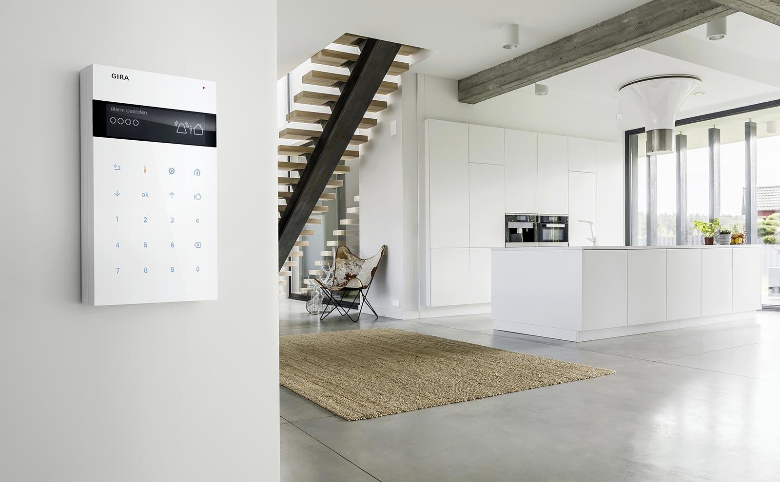 Gira Sicherheitssystem Alarm Connect an der weißen Wand