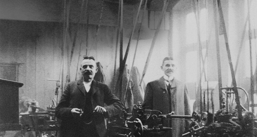 Geschäftsgründer Richard und Gustav Gierspiepen in Produktionshalle