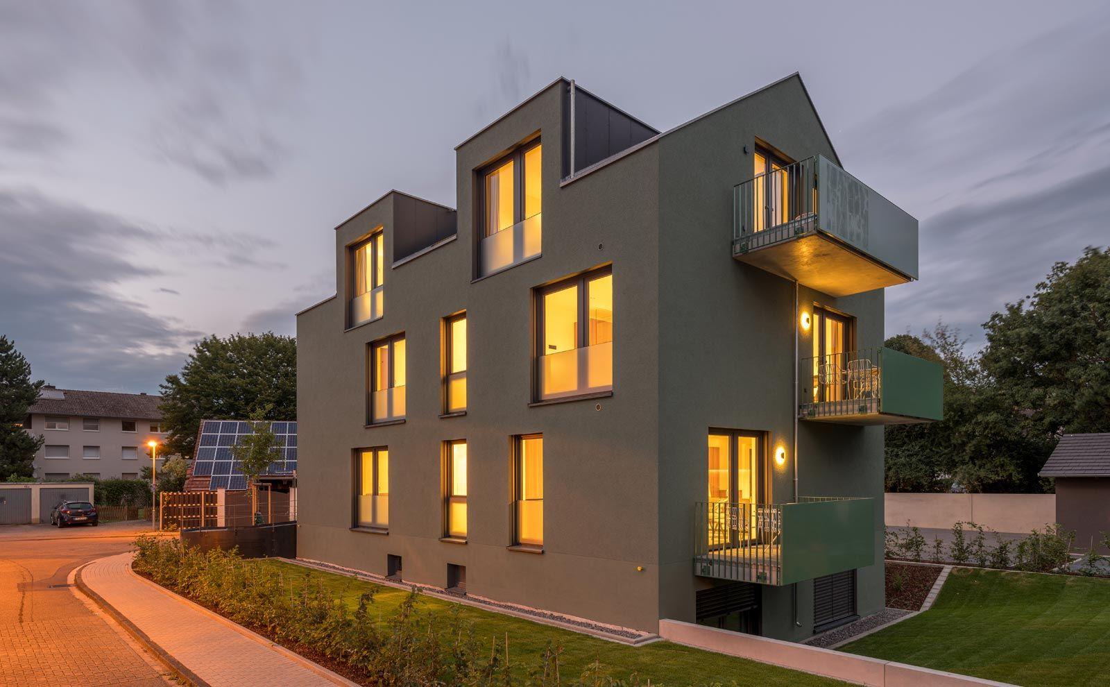 Gästehaus Jopa Joma mit grüner Putzfassade in der Dämmerung