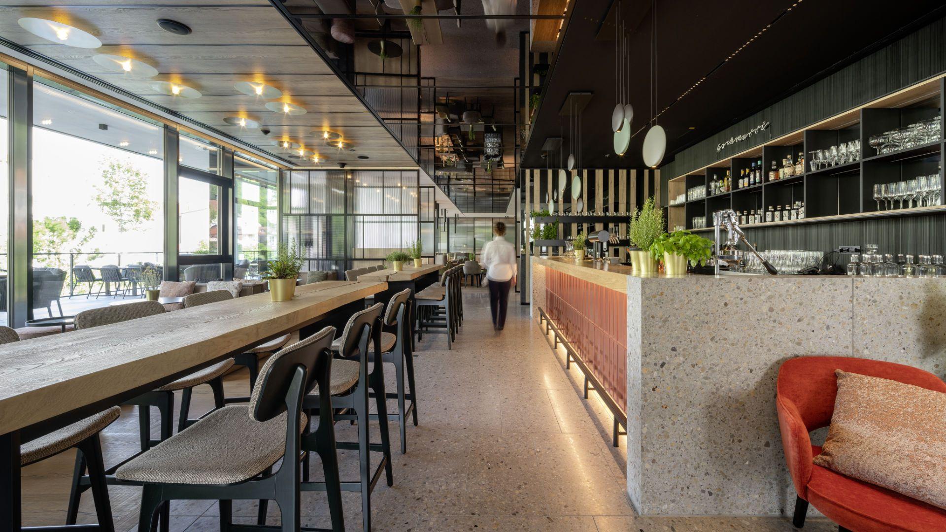 Langer Tresen und Tisch im modernen Ambiente Referenz von Reimann Architecture