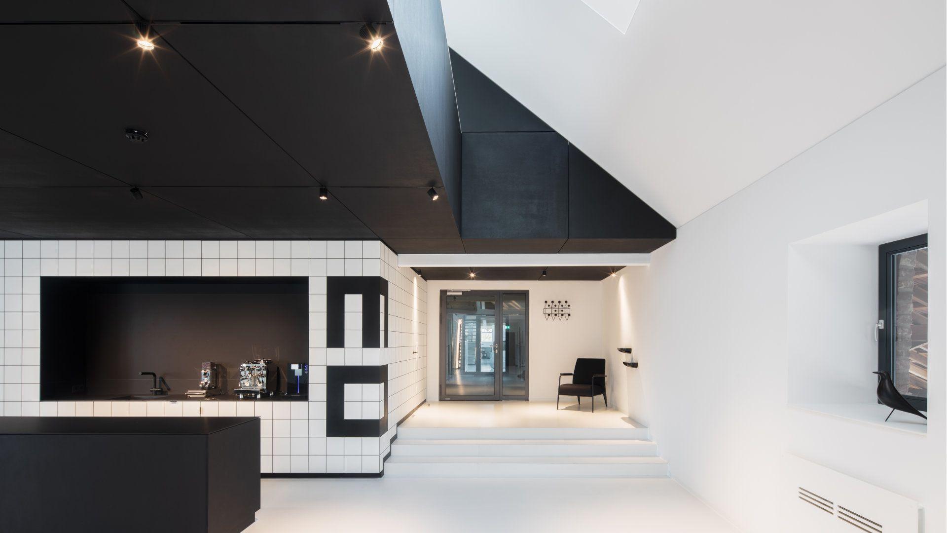 mo.studio fliesen küche stuhl dach schwarz weiß